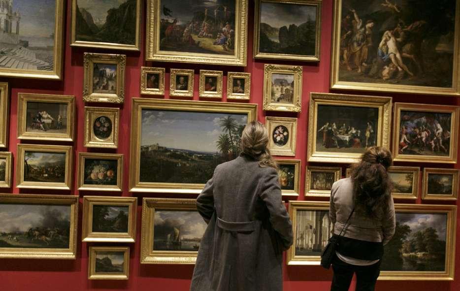 Zwei Museumsbesucherinnen betrachten Gemälde aus der Sammlung Daems