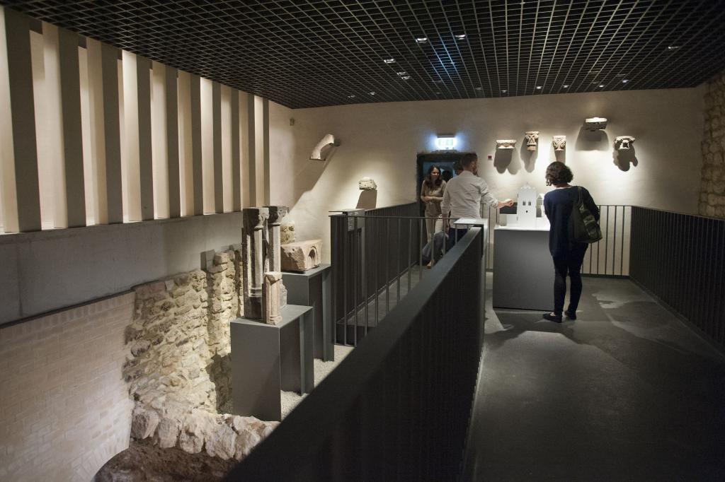 Das Foto zeigt einen Teil der Ausstellung zur Stauferzeit