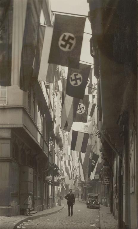 Beflaggung in der Frankfurter Bendergasse am 1. Mai 1933, Fotografie von Leonhard Kleemann, © HMF