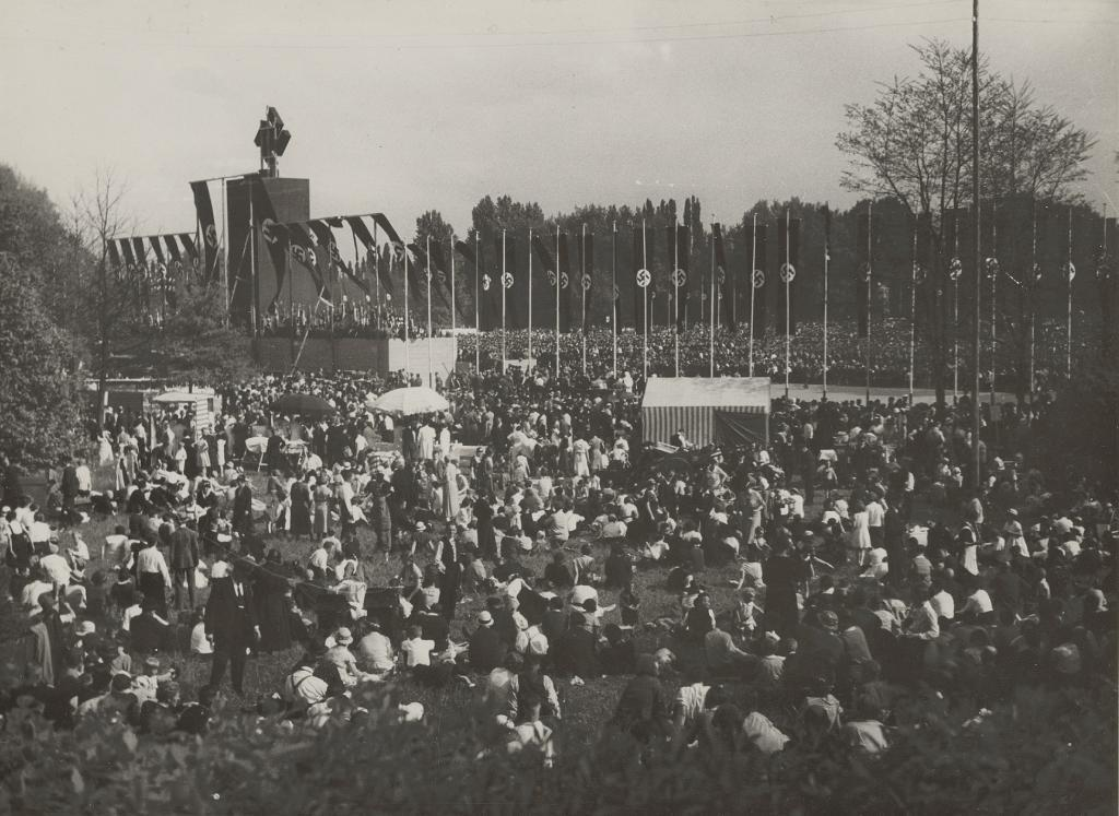 """Kundgebung zum """"Tag der nationalen Arbeit"""" am 1. Mai 1934 im Ostpark, Fotografie Hannah oder Emmerich Reeck © HMF"""