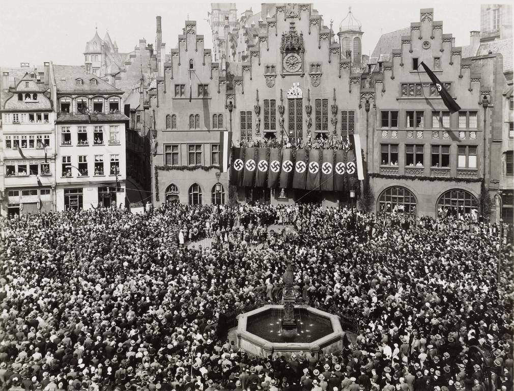 """""""Tag der nationalen Arbeit"""" am 1. Mai 1933, Kundgebung auf dem Frankfurter Römerberg, Fotografie von Leonhard Kleemann, © HMF"""