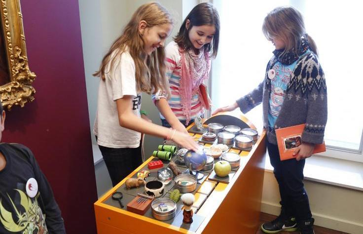 Ein Foto zeigt Kinder bei den Angeboten der Kinderspur in der Ausstellung Sammler und Stifter