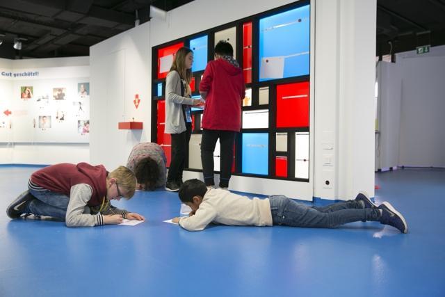 Das Foto zeigt Kinder, die in der neuen Ausstellung Kinder haben Rechte spielen