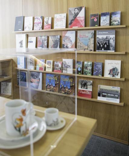 Das Bild zeigt Bücher in einem Regal