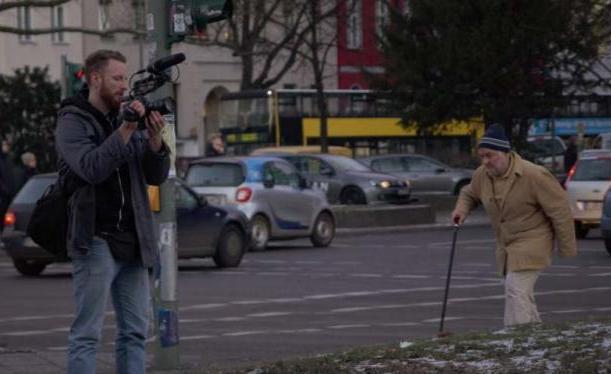 Ein Foto zeigt einen jungen Mann beim Filmen in der Frankfurter City