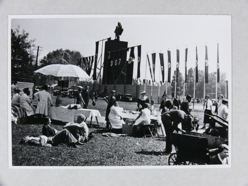 Friedrich Robert Otto Emmel, Stände auf einer Festwiese zur Maifeier, dahint