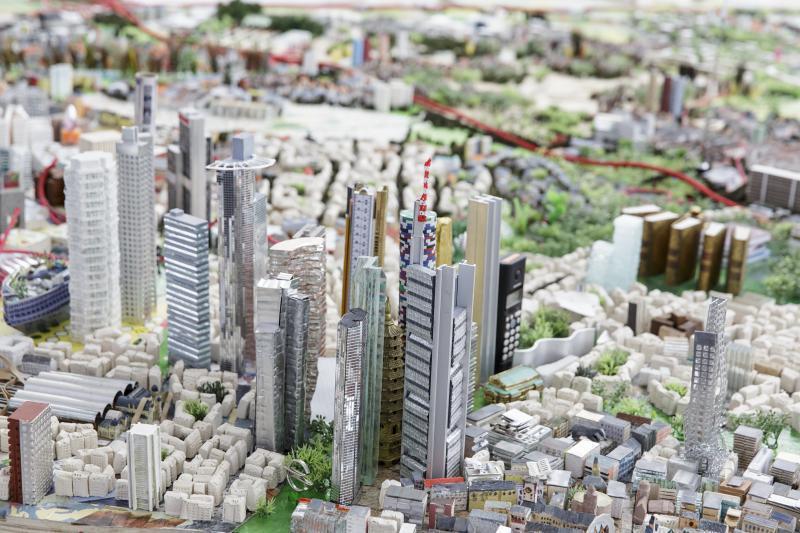 Ein Foto zeigt einen Ausschnitt des Frankfurt-Modells mit den Hochhäusern des Bankenviertels im Vordergrund und dem IG-Farben-Haus der Goethe-Universität im Hintergrund.