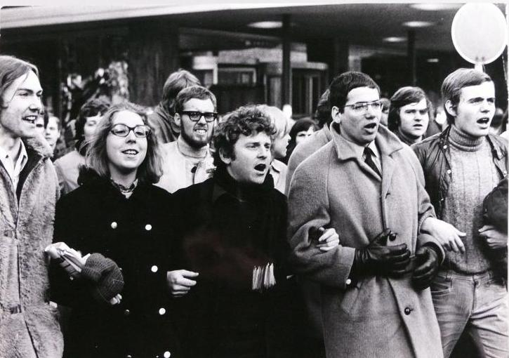 schwarz-weiß Aufnahme einer Demonstration mit Daniel Cohn-Bendit bei der Friedenspreis-Verleihung an Léopold Sédar Senghor auf dem Paulsplatz im September 1968.