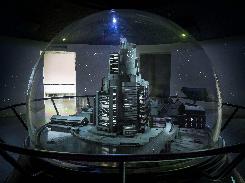 Das Foto zeigt das Modell der Geldstadt in der Schneekugel im Museum.
