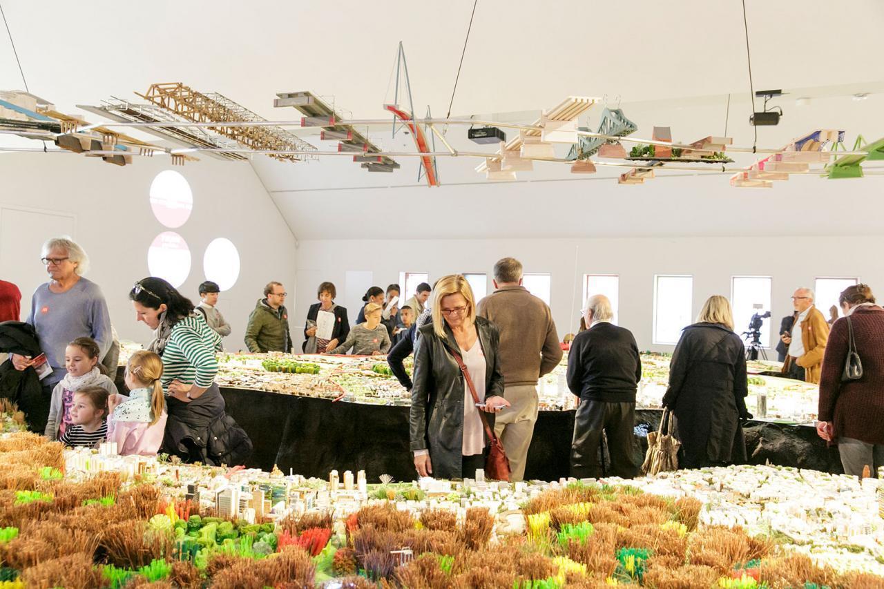 Besucher*innen schauen sich das Stadtmodell bei der Eröffnung 2017 an.