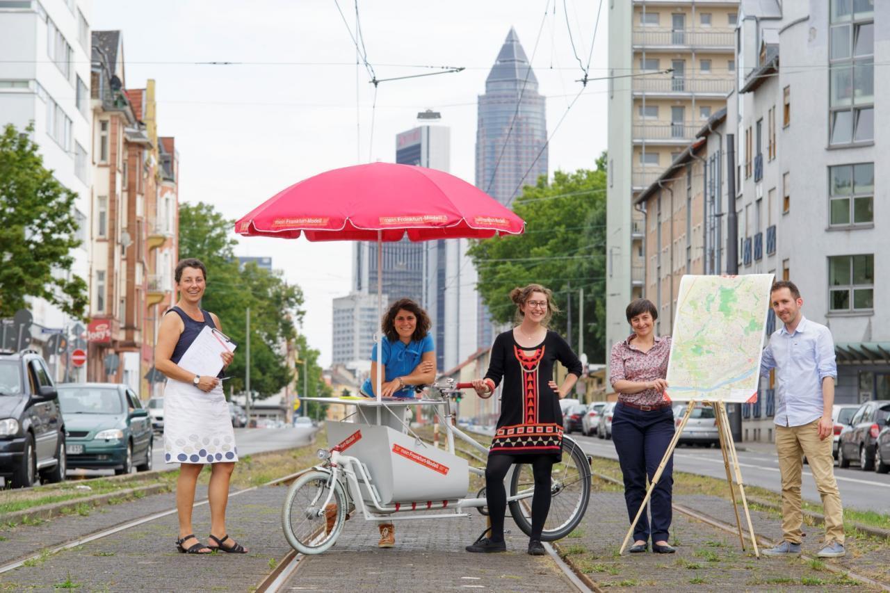 Das Foto zeigt das Frankfurt-Jetzt-Team mit dem Forschungsfahrrad in der Stadt