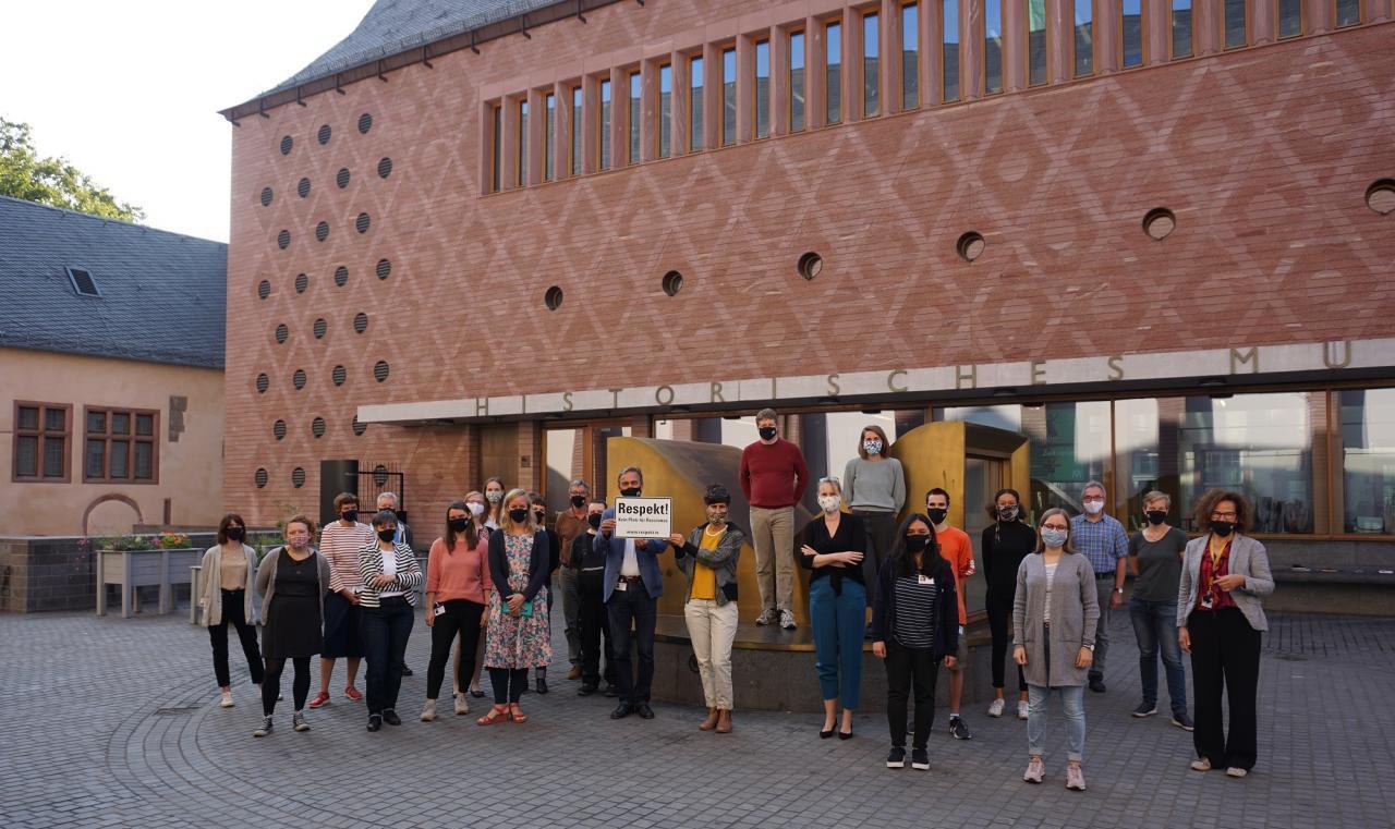 Das Team des Historischen Museums Frankfurt zeigt Respekt! © HMF, Susanne Thimm