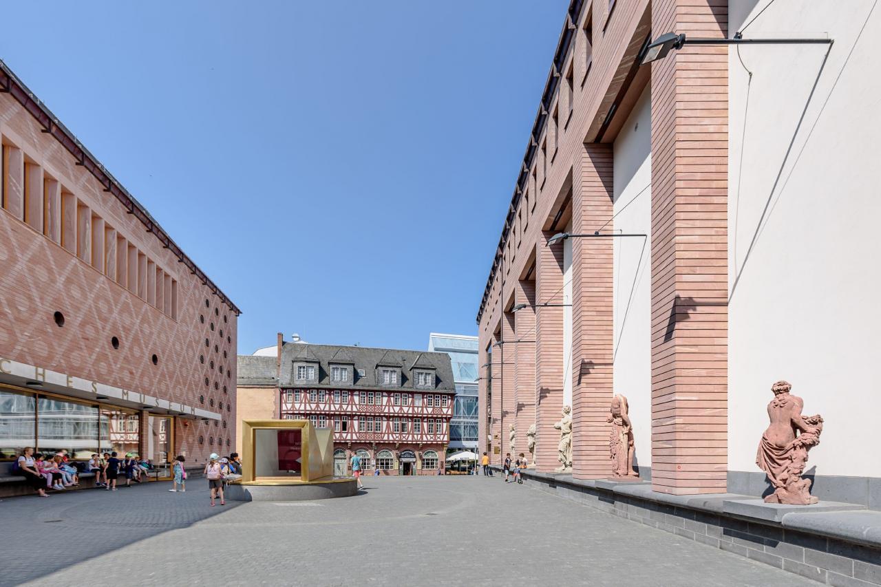 Das Foto zeigt den Museumsplatz mit Besuchern.