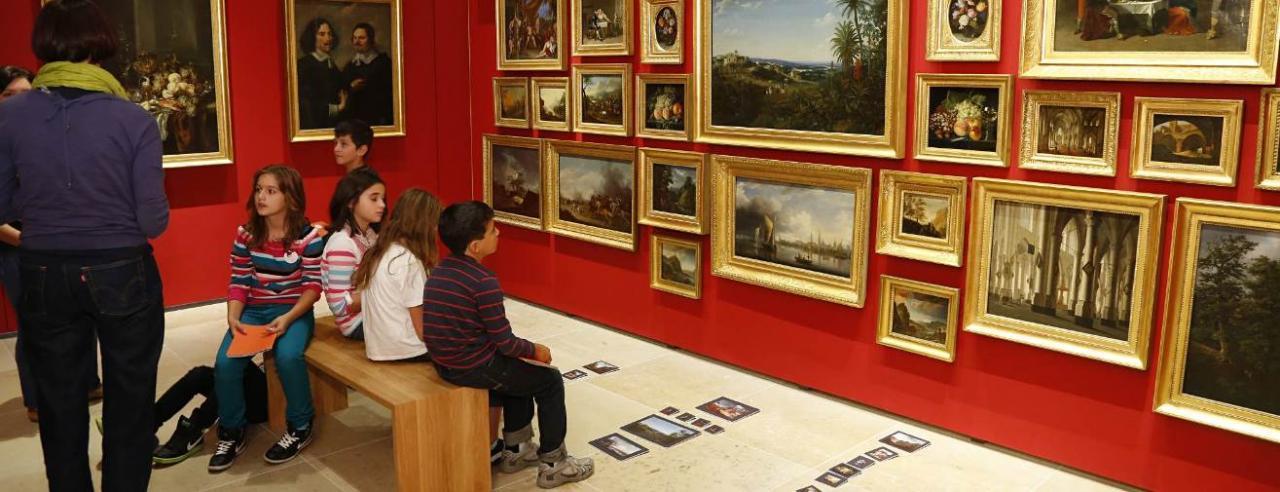 Das Bild zeigt Kinder in der Kinderspur in der Sammler und Stifter Ausstellung im Historischen Museum Frankfurt