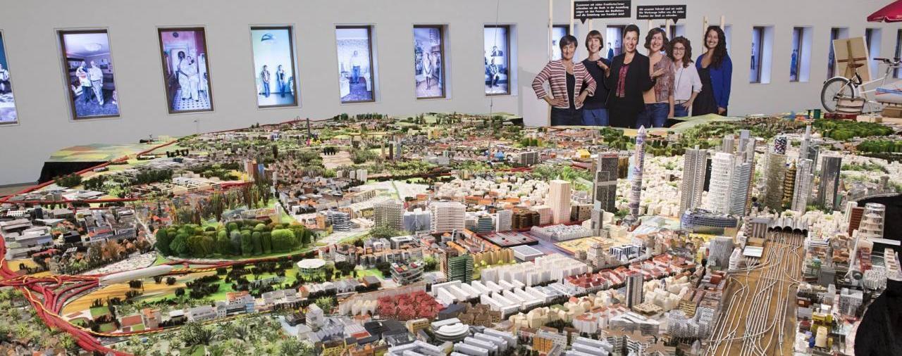 Im Vordergrund sieht man das Frankfurt-Modell im Hintergrund die Fenster mit Fotofolien im Historischen Museum Frankfurt