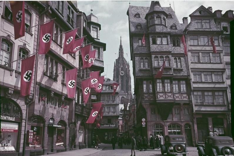 Hakenkreuzfahnen an den Häusern Römerberg 34, 32 und Markt 46, ca. 1938 © Institut für Stadtgeschichte Frankfurt am Main