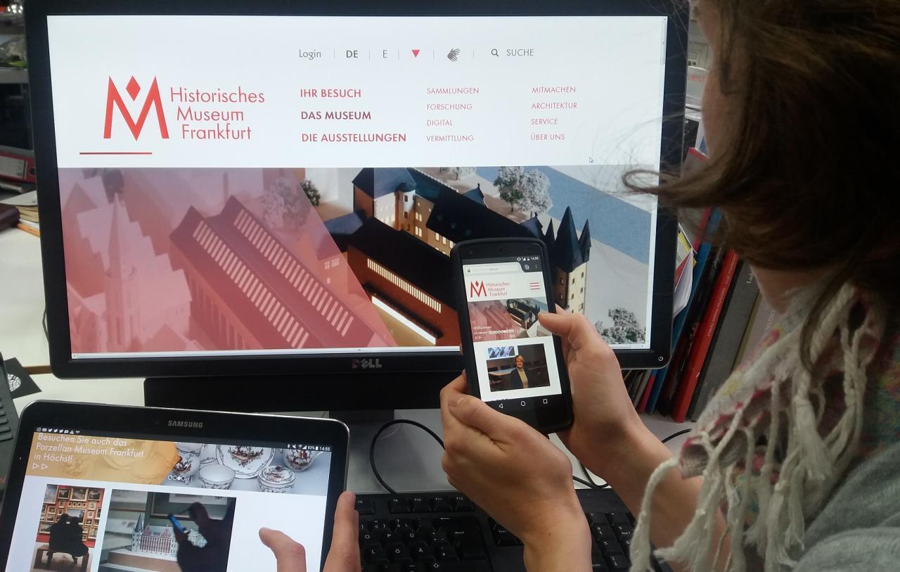 Ein Foto zeigt die verschiedenen Geräte auf denen das  Portal responsiv gezeigt wird: Smartphone, Tablet und Desktop Computer