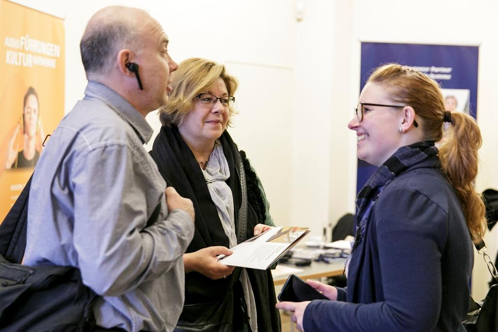 Das Foto zeigt eine Gruppe von Teilnehmern der Fachkonferenz, die sich über neue Projekte austauschen.