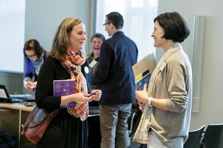 Auf dem Bild unterhalten sich zwei Teilnehmerinnen der Tagung